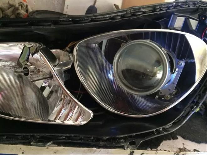 在汽车车灯中,透镜灯头的光形是最标准的,可以有很明显的明暗切割线,解决了散光的问题,在国外,氙气灯是标配透镜使用的,这种镜属于光学镜一类,我们就叫它透镜。采用透镜式灯头的大灯相比采用传统灯头的大灯具有,亮度均匀,穿透力强,光线散失小等优点。 车辆装备的透镜灯头分二种:单光、双光。单光透镜里面又分别设计有对应近光和远光的透镜,如:M6的近光透镜,蒙迪欧远光透镜;双光透镜的不同之外就是它能作类似远、近光转换的变换,平时是近光状态,当同时开启远光的时候,它通过电磁机构操作变光档片,使近光的灯光也分配到远光照射