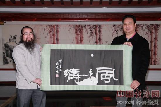 �饕猱���始人、��家、��法家�金��(左)�⑵渥髌焚�于中������W�����l道���梁建忠(右)并合影