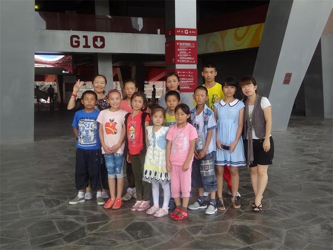 我校与藏族小孩、南方小孩在北京鸟巢同台演出.JPG