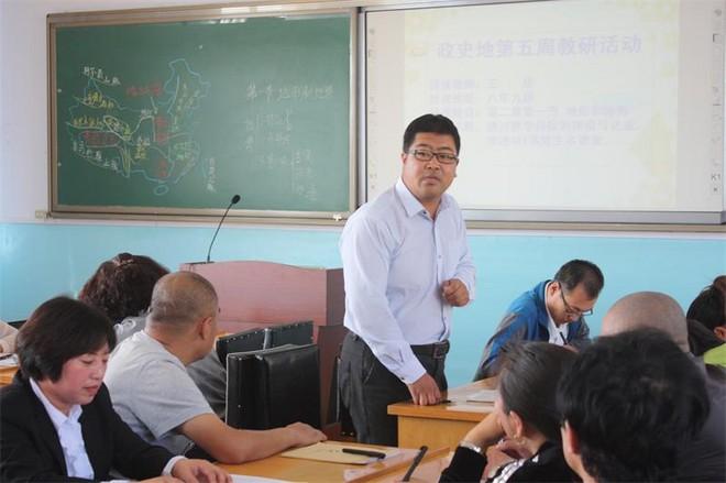 李立生与老师们研究教学.jpg