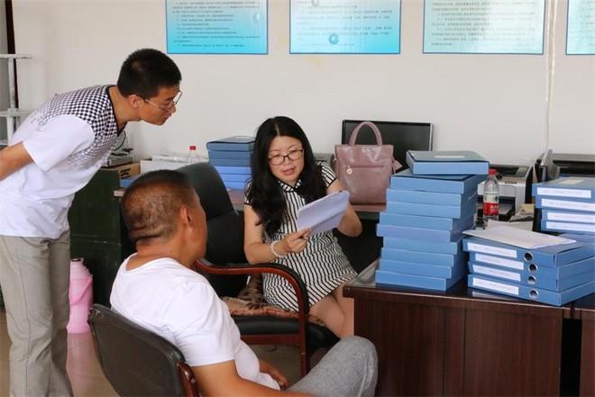 张莉杰与同事们研究工作_2345看图王.jpg