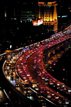 2013年9月18日,中秋小长假前一天,晚高峰时段的南北高架比平常更加拥堵。早报记者 孙湛 图